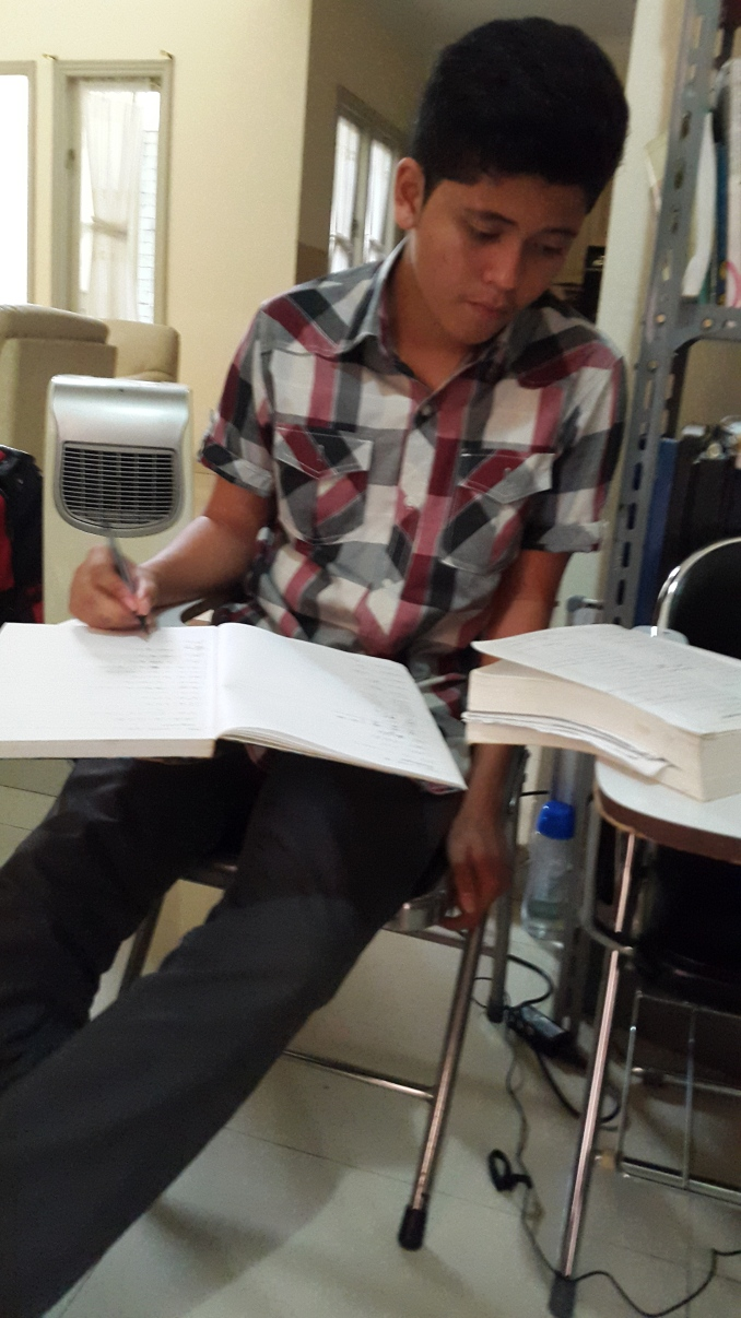 Evan (Joe) yang sedang ikut les persiapan UEE Nanyang dan UEE NUS (University Entrance Exam Nanyang dan NUS) di bimbel Akong