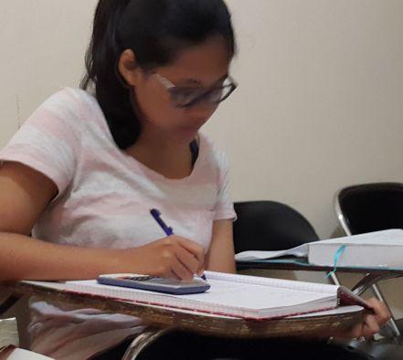 Siswi yang sedang mempersiapkan tes masuk UGM International dan SIMAK UI International
