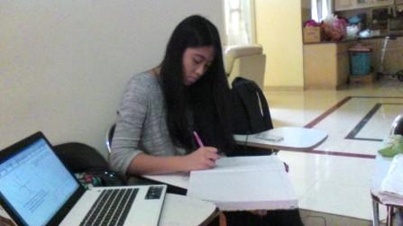 Siswi yang sedang persiapan Ujian Nasional dan SIMAK UI International