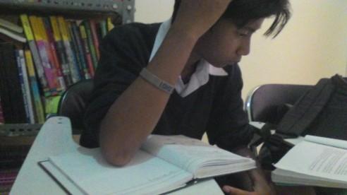 siswa yang sedang mempersiapkan Ujian Nasional