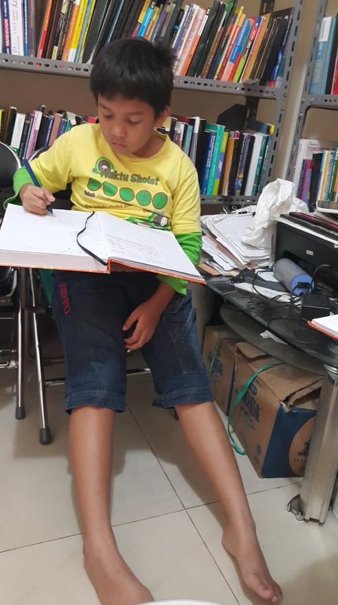 Aktivitas Arkan Les Pelajaran SD di Bimbingan Belajar Akong