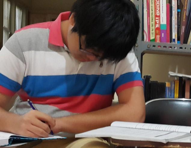 Siswa SMAK 1 BPK Penabur yang mempersiapkan diri Les NUS (Les UEE NUS) di bimbingan belajar Akong