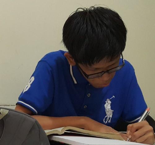 Siswa SMA Global yang sedang mempersiapkan diri les NUS untuk University Entrance Exam NUS preparation di Bimbingan Belajar Akong