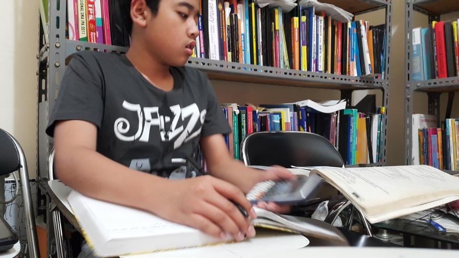 Aktivitas belajar Irfan di Bimbingan Belajar Akong