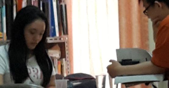 Kegiatan belajar Deedee les accounting di Bimbingan Belajar Akong